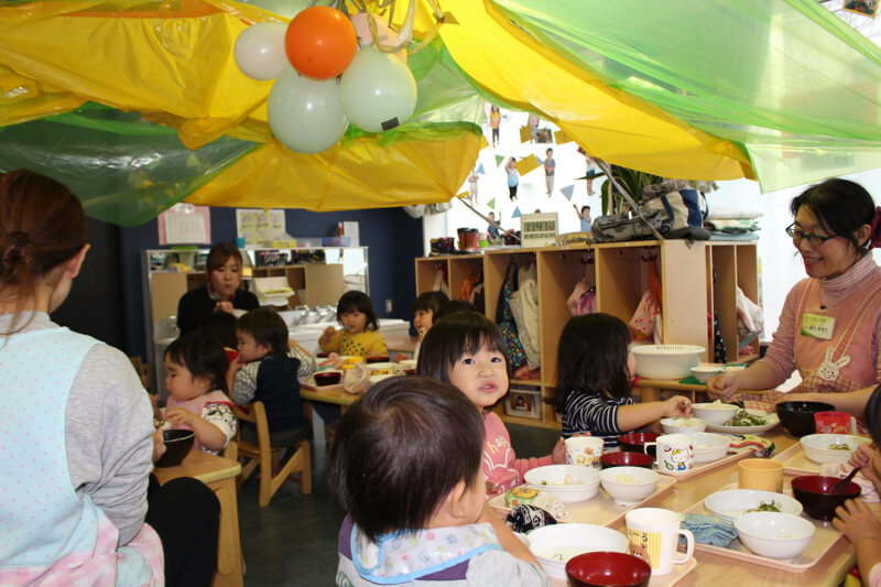 昼食を食べる園児たち