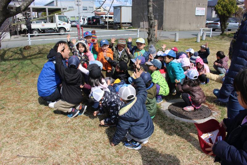 自由遊びの為集まる子どもたち